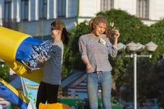 跳舞在阶段的女孩在颜色Holi节日在切博克萨雷,楚瓦什人共和国,俄罗斯 06/01/2016 库存照片