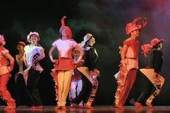 跳舞在阶段的孩子 免版税库存图片
