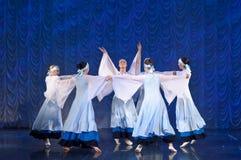 跳舞在阶段,俄国全国舞蹈的白色礼服的女孩 免版税库存图片