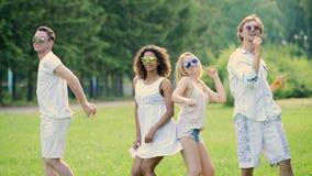 跳舞在露天党的四青年人,享有生活,活跃生活方式 股票视频