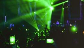 跳舞在音乐夜节日事件的被弄脏的人民集会 免版税库存图片