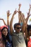 跳舞在音乐节期间的年轻朋友 库存图片
