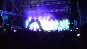 跳舞在风景烟和LED照明的激动的人民在音乐会, slowmo 股票视频