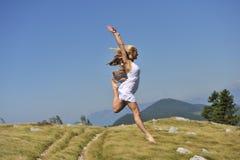 跳舞在风的美丽的妇女 库存照片