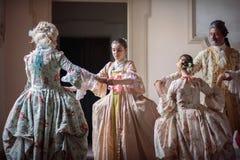跳舞在维多利亚女王时代的礼服 免版税库存图片