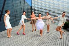 跳舞在维尔纽斯市的美丽的可爱的女孩 免版税库存图片