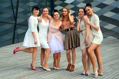 跳舞在维尔纽斯市的美丽的可爱的女孩 免版税库存照片