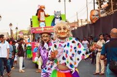 跳舞在年长滑稽的人民的服装的演员在传统果阿狂欢节 免版税库存照片