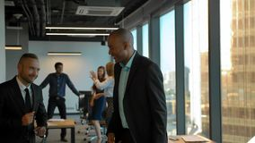 跳舞在coworking的办公室的Aframerican和白种人企业家 影视素材