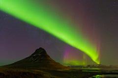 跳舞在Kirkjufell山的极光以充分地起动夜视图 库存照片