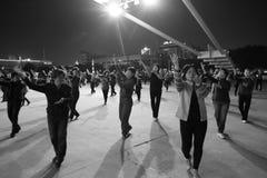 跳舞夜的妇女 免版税库存图片