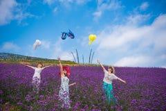 跳舞妇女在淡紫色主题乐园 免版税库存图片