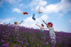跳舞妇女在淡紫色主题乐园 库存图片