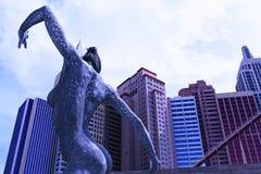 跳舞妇女的雕塑 免版税图库摄影
