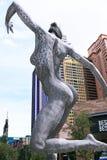 跳舞妇女的雕塑 免版税库存图片