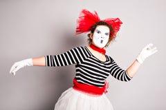 跳舞妇女笑剧的画象,愚人节概念 免版税库存照片