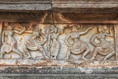 跳舞妇女雕塑在寺庙墙壁上的 库存照片
