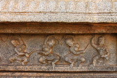 跳舞妇女雕塑用在寺庙墙壁上的棍子 免版税库存照片