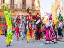 跳舞对古巴音乐的声音的Stiltwalkers在哈瓦那 免版税库存图片