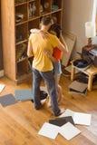 跳舞对唱片的年轻夫妇 免版税图库摄影