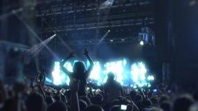 跳舞对喜爱的音乐敲打的青年人在音乐会,超级慢动作 股票录像