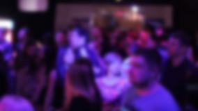 跳舞对DJ音乐的青年人Defocused人群在夜总会 影视素材