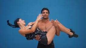 跳舞展示与杂技的伙伴肉欲的舞蹈样式在蓝色背景的慢动作 跳舞户外 影视素材