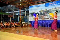 跳舞展示人的泰国孩子泰国样式在Loy Kratong 免版税图库摄影