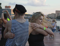 跳舞忙碌的水手和女孩 免版税图库摄影