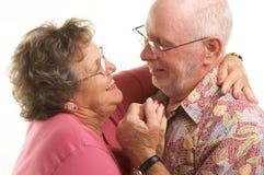 跳舞愉快的前辈的夫妇 免版税库存照片