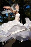 跳舞愉快的婚礼的新娘 库存图片