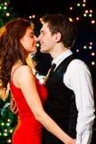 跳舞愉快的年轻人的庆祝夫妇 图库摄影