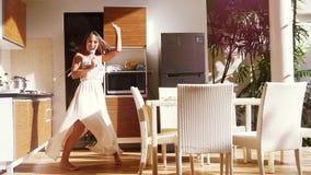 跳舞愉快的年轻女人唱歌和,当烹调在厨房里时 180fps,超级慢动作 1920x1080 影视素材