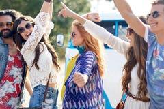 跳舞愉快的年轻嬉皮的朋友户外 免版税库存图片