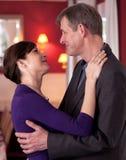跳舞愉快的年轻人的夫妇 免版税图库摄影