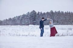 跳舞户外在冬天雪的夫妇 免版税图库摄影