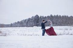跳舞户外在冬天雪的夫妇 图库摄影