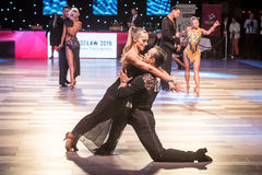 跳舞拉丁舞蹈的舞蹈家 免版税库存照片