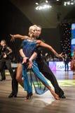 跳舞拉丁舞蹈的舞蹈家 免版税库存图片