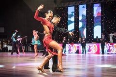 跳舞拉丁舞蹈的舞蹈家 图库摄影