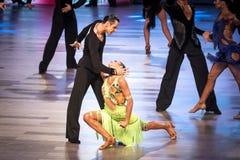 跳舞拉丁舞蹈的舞蹈家 免版税图库摄影