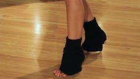 跳舞排练,移动向音乐的专业女性舞蹈家的亭亭玉立的腿 股票录像