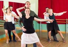 跳舞探戈的三对愉快的夫妇 免版税库存图片