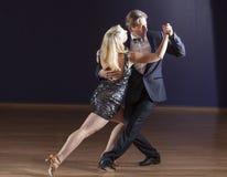 跳舞探戈的夫妇 免版税库存图片