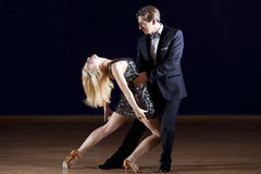 跳舞探戈的夫妇 图库摄影