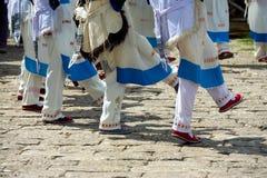 跳舞服装的丽江老镇纳西妇女腿 免版税库存图片