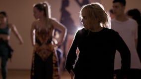 跳舞根据灯的女孩和人 股票录像