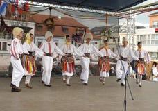 跳舞民间传说组塞尔维亚人 免版税库存照片