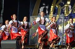 跳舞民间舞的传统礼服的乌克兰女孩 免版税库存图片
