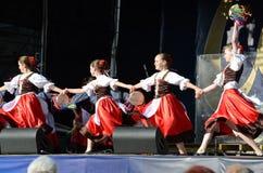 跳舞民间舞的传统礼服的乌克兰女孩 库存图片